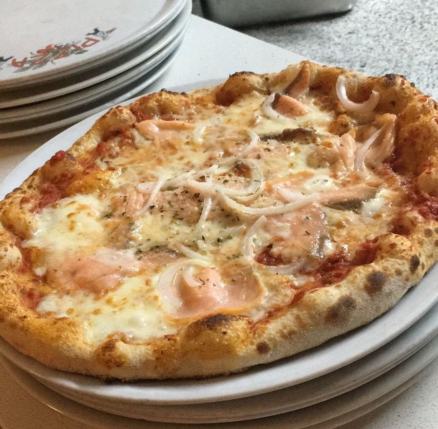 Pizzas: Las especialidades italianas de La Mezza Luna